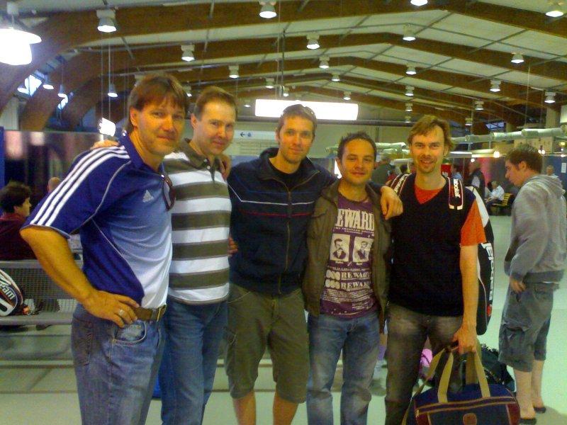 Pelaajat lähtöterminaalissa matkalla Viroon 2009